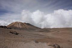 Paesaggio con il vulcano. Attracchi. Andino immagini stock libere da diritti