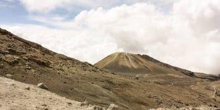 Paesaggio con il vulcano. Attracchi. Neve nazionale della sosta naturale. Andino immagini stock libere da diritti