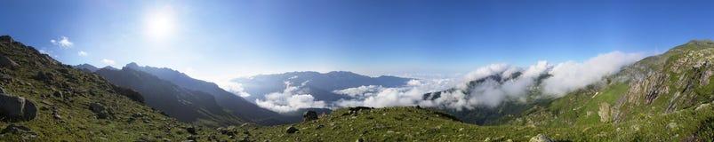 Paesaggio con l'alta montagna Fotografie Stock