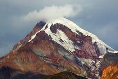 Paesaggio con l'alta montagna innevata Fotografia Stock