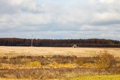 Paesaggio con l'aratura del trattore Immagini Stock Libere da Diritti