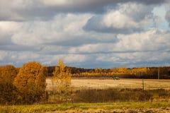 Paesaggio con l'aratura del trattore Fotografie Stock Libere da Diritti