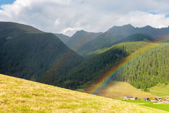 Paesaggio con l'arcobaleno dalle dolomia Immagini Stock Libere da Diritti
