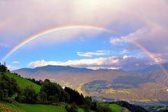Paesaggio con l'arcobaleno delle montagne delle dolomia Immagine Stock
