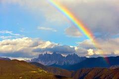 Paesaggio con l'arcobaleno delle montagne delle dolomia Fotografie Stock Libere da Diritti