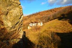 Paesaggio con la casa abbandonata. Fotografia Stock
