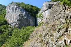 Paesaggio con la cascata di Vanturatoarea dalla valle di Cerna Fotografia Stock Libera da Diritti