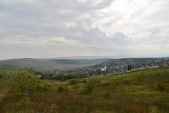 Paesaggio con la chiesa ed il cimitero del villaggio Fotografia Stock