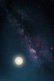 Paesaggio con la galassia della Via Lattea Cielo notturno con le stelle e il fu fotografia stock