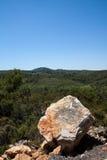Paesaggio con la grande pietra sulla priorità alta Immagine Stock