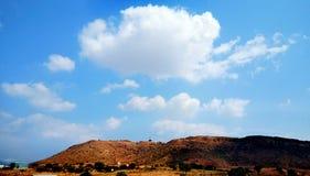 Paesaggio con la montagna, le nuvole e gli alberi immagine stock libera da diritti