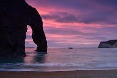 Paesaggio con la porta di Durdle e cielo al tramonto fotografie stock libere da diritti