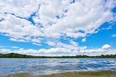 Paesaggio con la riflessione del cielo blu e del fiume Fotografia Stock Libera da Diritti