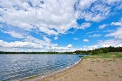 Paesaggio con la riflessione del cielo blu e del fiume Fotografie Stock