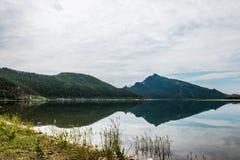Paesaggio con la riflessione in lago fotografia stock