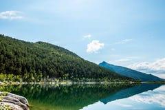 Paesaggio con la riflessione in lago su Sunny Day Fotografia Stock