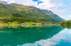 Paesaggio con la riflessione, Norvegia della montagna Fotografie Stock