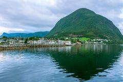 Paesaggio con la riflessione, Norvegia della montagna Fotografia Stock