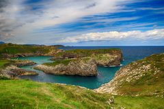 paesaggio con la riva dell'oceano in Asturie, Spagna Immagini Stock