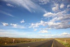 Paesaggio con la strada asfaltata Immagini Stock