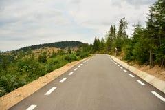 Paesaggio con la strada pavimentata nelle montagne. Fotografia Stock