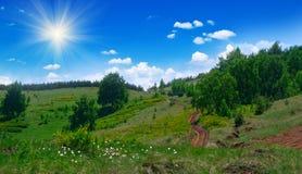 Paesaggio con la strada su hillsc fotografia stock