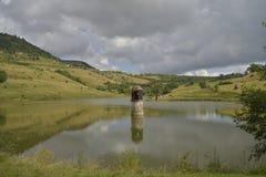 Paesaggio con la torre riflessa nel lago Fotografia Stock Libera da Diritti