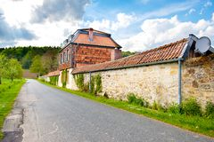 Paesaggio con la vecchia casa rurale Fotografie Stock