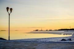 Paesaggio con la vista di alba dall'argine della città immagine stock libera da diritti