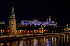 Paesaggio con la vista di notte sul fiume e sul Cremlino di Mosca immagini stock libere da diritti