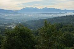 Paesaggio con le alpi di Apuanian in Toscana del nord, Italia, Europa Immagini Stock Libere da Diritti