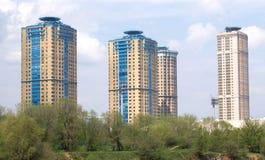 Paesaggio con le alte costruzioni di appartamento moderne Fotografie Stock
