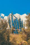 Paesaggio con le bandiere di preghiera vicino a Druk Wangyal Khangzang Stupa con 108 chortens, passaggio di Dochula, Bhutan Fotografia Stock