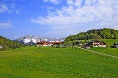 Paesaggio con le case del coltivatore immagini stock libere da diritti