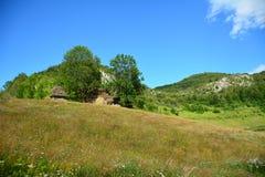 Paesaggio con le case della montagna con il tetto ricoperto di paglia. Immagine Stock