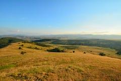 Paesaggio con le colline e i moutains prima del tramonto Fotografie Stock