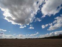 Paesaggio con le grandi nuvole e cielo blu bianchi Fotografia Stock
