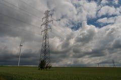 Paesaggio con le linee elettriche ed i generatori eolici Fotografia Stock Libera da Diritti