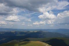 Paesaggio con le montagne e le nuvole fotografie stock