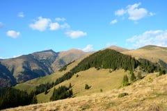 Paesaggio con le montagne ed i picchi. Fotografie Stock Libere da Diritti