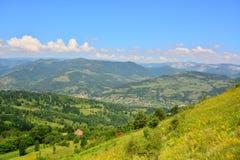 Paesaggio con le montagne ed il cielo blu Fotografie Stock