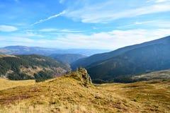 Paesaggio con le montagne ed il cielo blu Immagini Stock Libere da Diritti