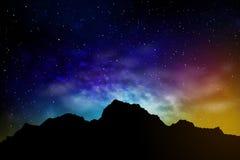 Paesaggio con le montagne ed il cielo notturno Fotografia Stock