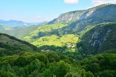 Paesaggio con le montagne ed il monastero Fotografia Stock Libera da Diritti