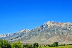 Paesaggio con le montagne innevate Immagine Stock