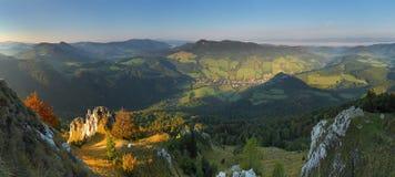 Paesaggio con le montagne rocciose Fotografia Stock Libera da Diritti
