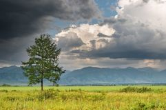 Paesaggio con le nubi di tempesta Fotografia Stock Libera da Diritti