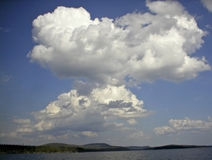 Paesaggio con le nubi, lago dell'acqua Immagini Stock Libere da Diritti