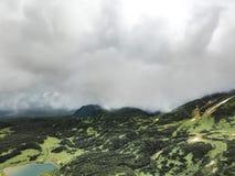 Paesaggio con le pianure verdi sulla penisola di Kamchatka, Russia immagini stock libere da diritti