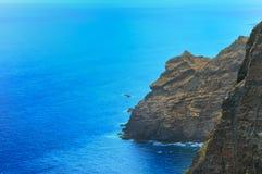 Paesaggio con le rocce, il cielo ed il mare. Fotografie Stock Libere da Diritti